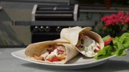Gyros z grilla w tortilli i tzatzikami